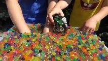 Défi jouets dans jouets avec Les surprises de piscine colorées boules surpris Orbiz