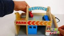 Et voiture conduire gaz gare par le biais jouet lavage avec parking