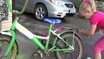 Bicicletas desafío color pintar y Alice dejó bicicletas pintadas de un contenedor de la izquierda