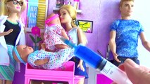 Et bébé docteur poupée pour drôle fille aller vie réal seringue à Il jumeaux avec Barbie ken barbie p