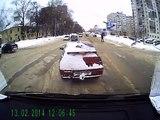 Un automobiliste ignore que son clignotant est recouvert de neige , il obtient une petite correction !