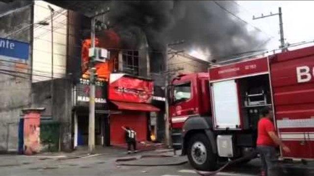 Incêndio de grandes proporções atinge shopping no Brás em SP