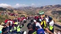Ce policier débile pousse un spectateur sur une moto pendant la Vuelta