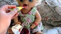 Bébé vivant alimentation et en changeant vidéo avec pois poupée aliments