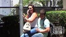 Banane dure et et ne dans aucun système dexploitation fille assise tour des étrangers fait haha étrange