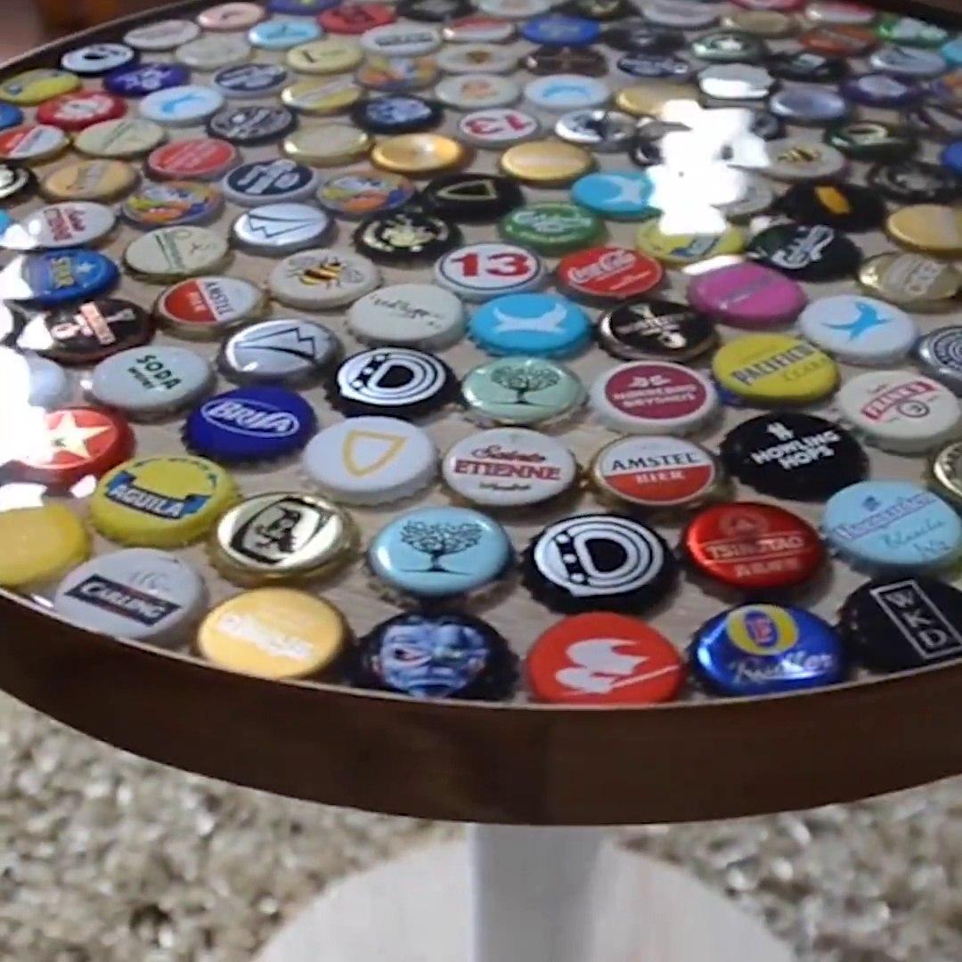 Décorer Un Touret En Bois il réalise une magnifique table à base de capsules de bière