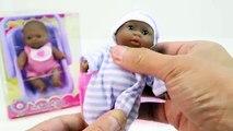Vivant et bébé changer couche poupée poupées en train de manger aliments caca pot entraînement pooping
