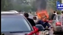 Alors qu'ils se rendent à leur mariage les feux d'artifice dans le coffre de la voiture se mettent à exploser !