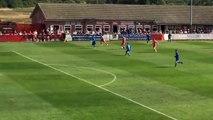 Un gardien anglais perd le ballon de ses mains et encaisse un but gag !