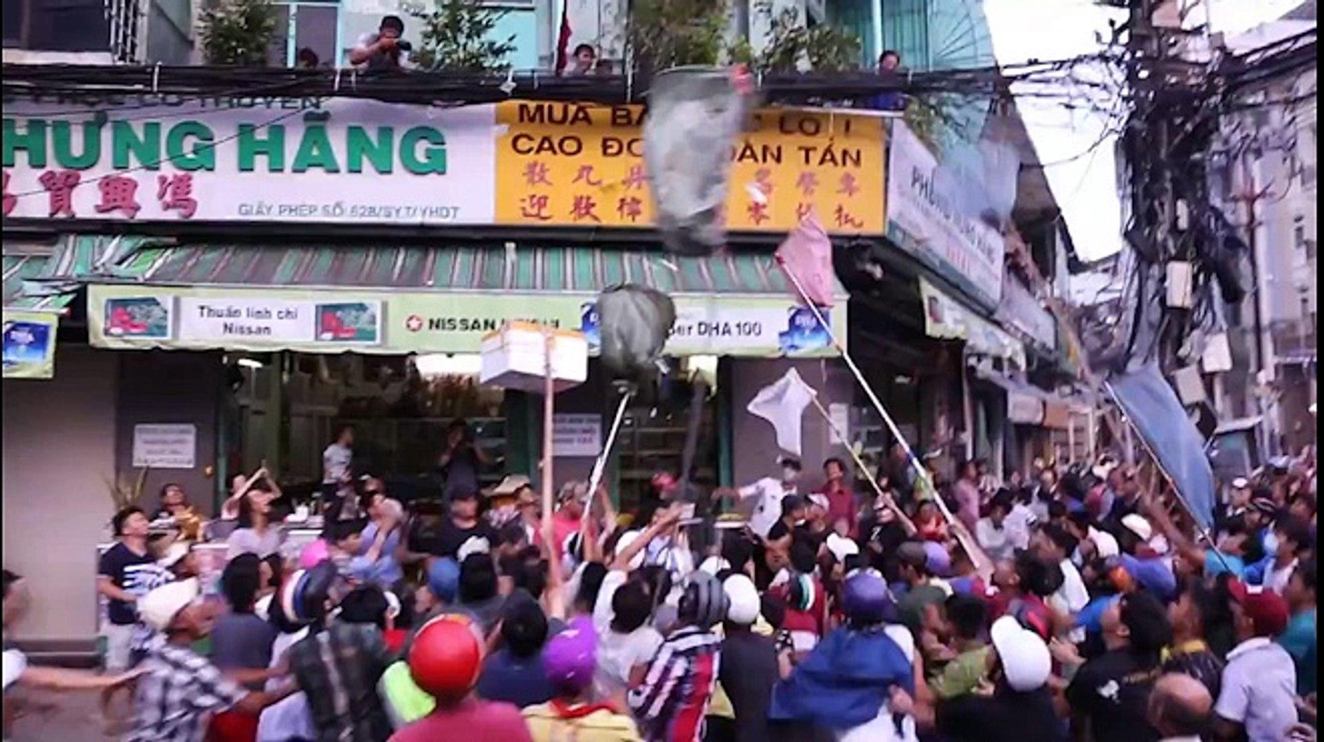 Clip: Hàng trăm người dân đánh nhau giành tiền cúng cô hồn gây náo loạn đường phố Sài Gòn