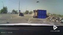 Ce camion roule à fond dans un virage.. et perd l'équilibre !!