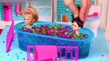 Les accidents et bain poupées désordonné matin chambre vase jumeaux Chelsea annabel barbie orbeez
