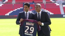 Foot - Transferts - PSG : Mbappé pose avec le maillot du Paris-Saint-Germain