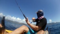 Ce pecheur en kayak va se faire trainer par un poisson sur des centaines de metre