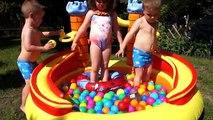 Enfants en jouant avec jouets des voitures et les meilleures eau faire glisser amusement été enfants activité enfant