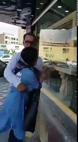 ویڈیو میں دیکھیں جب بیوی نے اپنے شوہر کو کسی غیرعورت کے ساتھ دیکھا تو دونوں کی سب کے سامنے خوب پٹائی کی۔  ویڈیو: بابر س