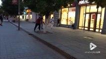 Ivre il défonce une vitrine de magasin à coups de pieds en Russie !
