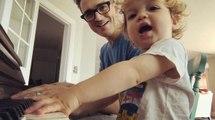 Daha Konuşma Bilmeyen Bebek, Babası Şarkı Söylerken Ona Eşlik Etti