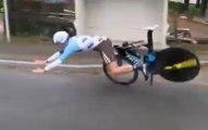 Le guidon du cycliste français Maxime Roger se brise et provoque sa chute violente à 60km/h