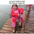 Cette fillette va pecher un poisson plus gros qu'elle...