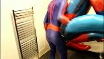 Homme araignée contre venin bain temps dans réal vie Nouveau super-héros épisode