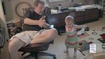 Grand-père parle le même langage que sa petite fille bébé !! Trop marrant !