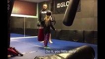 Une fillette demande à un champion de kick boxing de lui mettre un gros coup de pied...
