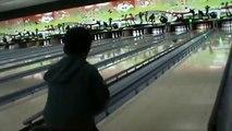 Enfant jouer Dans le enfants pour le bowling jeu de bowling de bowling pour la première fois