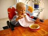 Léo mange tout seul