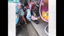 Người phụ nữ đang chạy xe trên đường thì trở dạ và được đỡ đẻ ngay trên chiếc xe tay ga màu xanh.