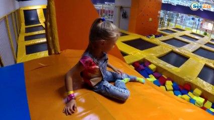 Развлекательный Центр Катаемся на МАШИНКАХ Горки и Батуты для Детей | Indoor Playground for Kids