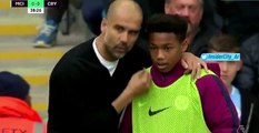 Guardiola donne des conseils tactiques à un ramasseur