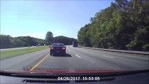 Ce camion perd une roue et tout le monde pile net sur l'autoroute !