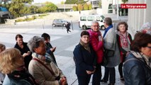 Foule devant la mairie pour la distribution des t-shirts et des dossards de La Lorientaise