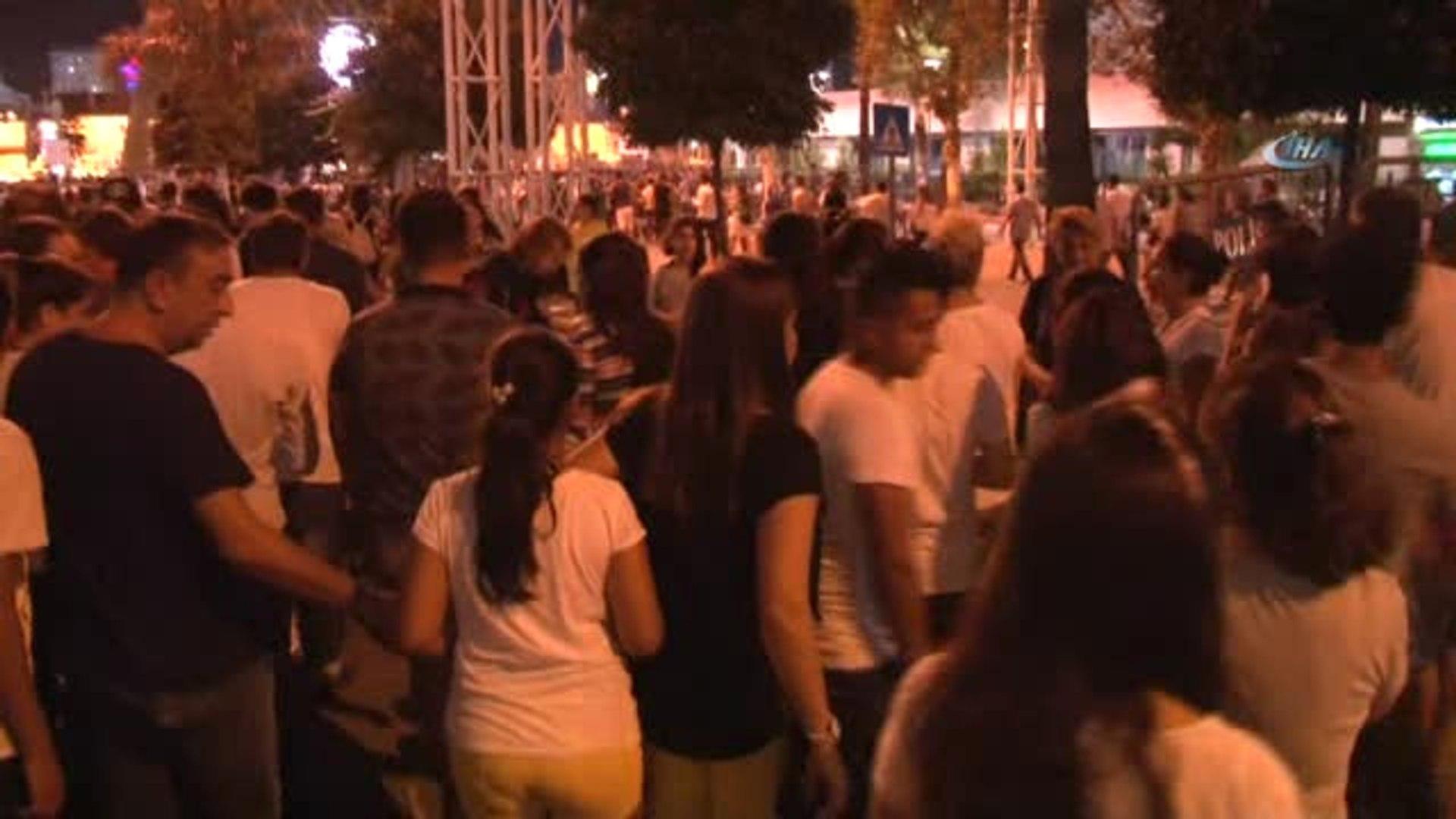 Hadise'nin Konseri Hınca Hınç Dolunca Adanalılar Çam Ağaçlarına Tırmandı