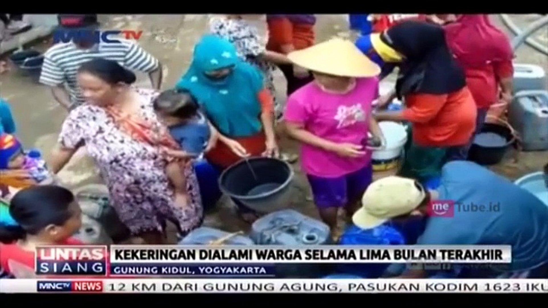 Sulit Air Bersih, Warga Berebut Air Bantuan
