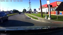 Une femme pousse son mari sur la route