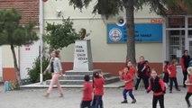 Edirne'de İlkokullu 3 Kız, Atatürk Islanmasın Diye Büstüne Şemsiye Tuttu