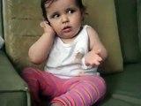 Ce bébé imite sa maman au téléphone avec ses mimiques !