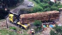 Ce chauffeur réussit à faire passer son camion sur un pont très étroit