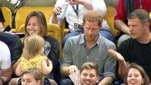 Une petite fille vole le popcorn du Prince Harry, et lorsqu'il s'en rend compte, sa réaction est éloquente !
