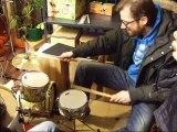 Ce batteur professionnel joue sur une batterie pour enfant !