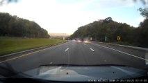 Ce routier perd le controle de son camion et se renverse sur l'autoroute