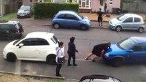 Un turque déplace une voiture mal garée à mains nues !