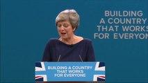 Theresa May interrompue par un comédien en plein congrès