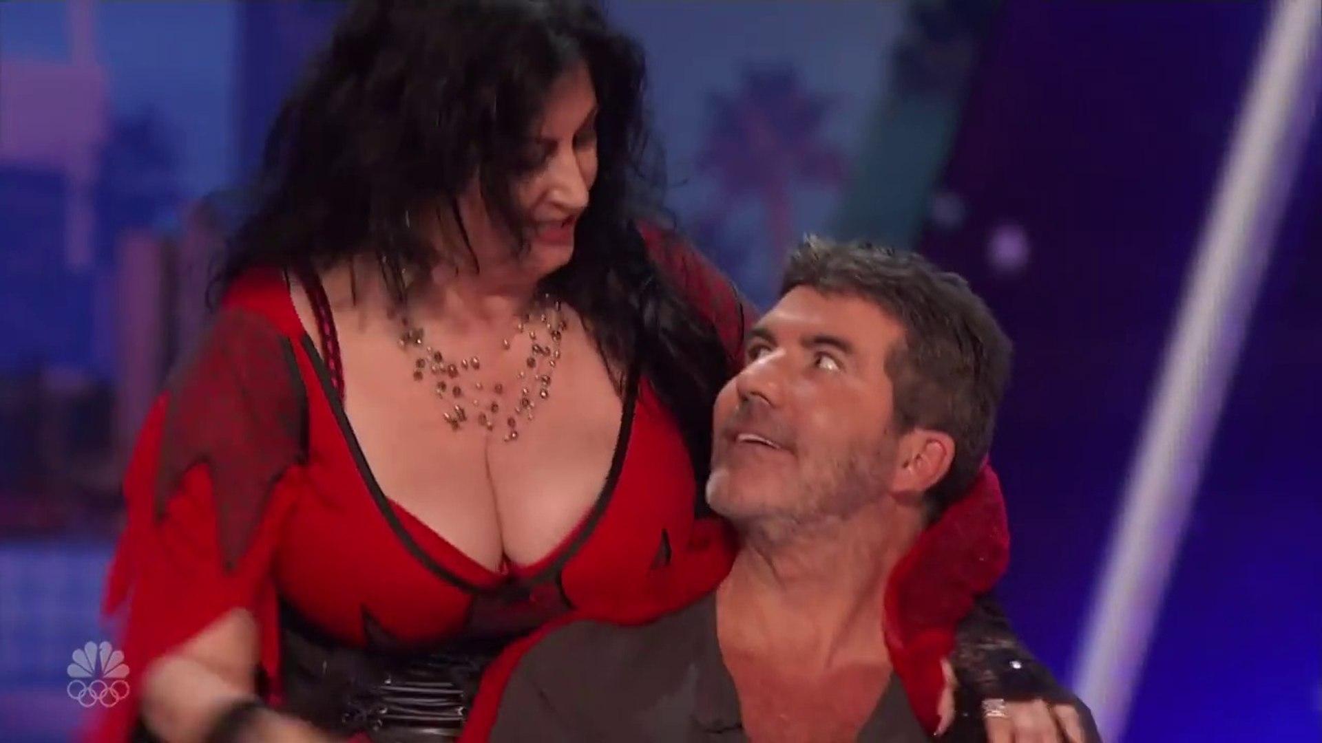 SHOCKING! Women Seduces And KISSES Simon!!! Got Talent 2018