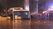 Adana'da Yağmur Esareti! 5 Araç, Suya Gömüldü, Minibüste Mahsur Kalan Kişi Botla Kurtarıldı