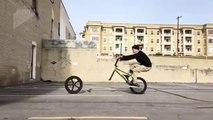 Trick de fou : il lance et reprend sa roue de vélo en roulant !