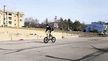 Trick de fou _ il lance et reprend sa roue de vélo en roulant !