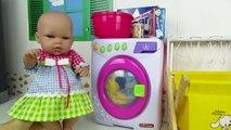 La muñeca bebé Lucía hace tareas del hogar, poner lavadora, tender la ropa y planchar
